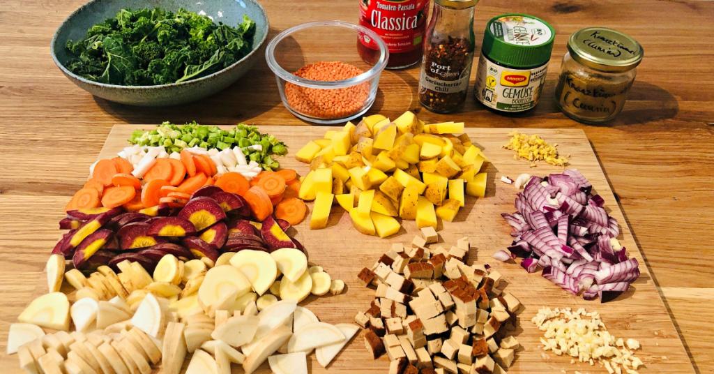 vorbereitete Zutaten für Gemüsesuppe
