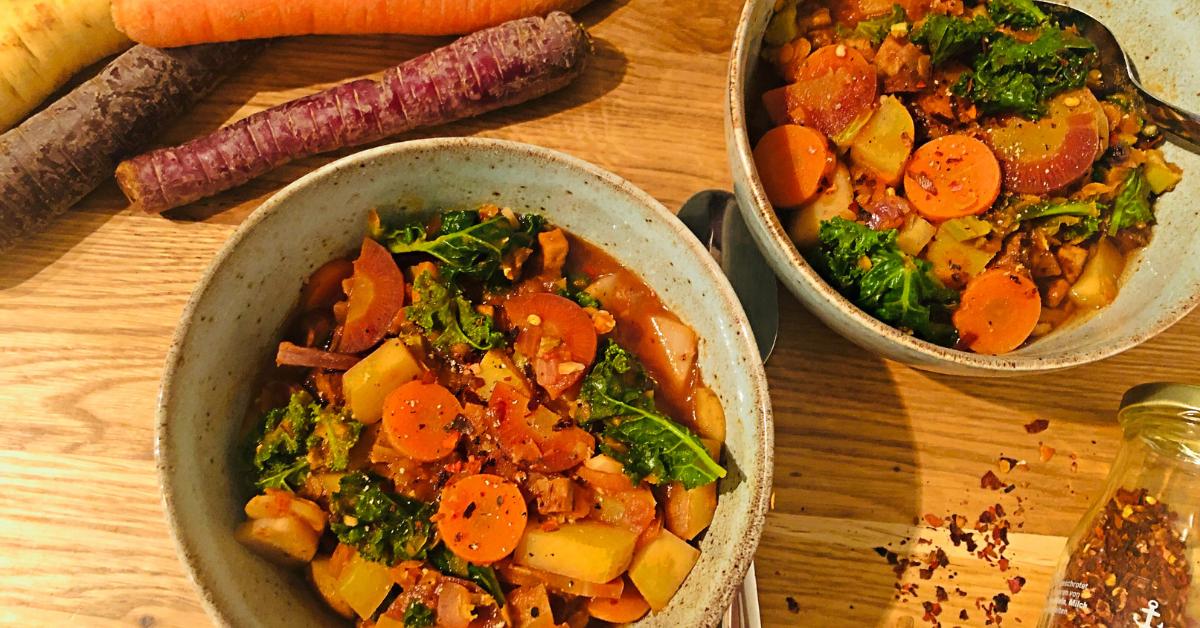 Zwei Schüsseln bunter Gemüseeintopf mit bunten Karotten